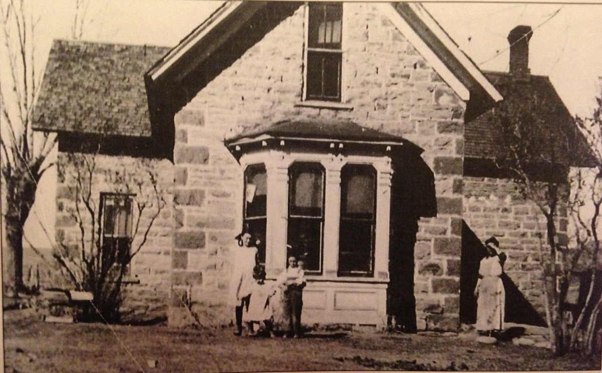 By the 1920s, when the Kincaid family lived in the house, the white picket fence was gone, as was the small side porch.  (Photo thanks to Judy Jackson.)